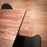 Ξύλινος πίνακας και μαύρες καρέκλες Στοκ Εικόνα