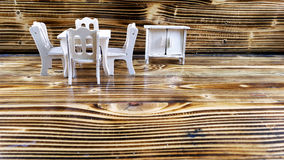 Ξύλινος πίνακας, καρέκλες και ντουλάπι παιχνιδιών DIY στην ξύλινη σύσταση ως υπόβαθρο Στοκ φωτογραφία με δικαίωμα ελεύθερης χρήσης
