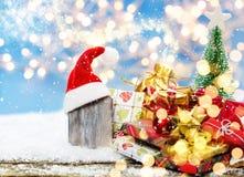 Ξύλινος πίνακας με τα καλύμματα Χριστουγέννων στα δώρα Χριστουγέννων Στοκ φωτογραφίες με δικαίωμα ελεύθερης χρήσης