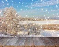 Ξύλινος πίνακας σε ένα υπόβαθρο του χειμερινού τοπίου Στοκ Φωτογραφία