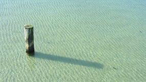 Ξύλινος πόλος στο νερό Στοκ φωτογραφία με δικαίωμα ελεύθερης χρήσης