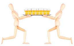 Ξύλινος πλαστός σερβιτόρος με την μπύρα στο δίσκο στοκ εικόνα