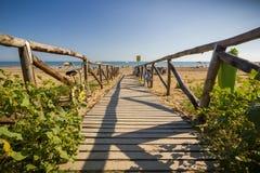 Ξύλινος δρόμος της Νίκαιας στην παραλία, ηλιόλουστη ημέρα Στοκ Εικόνα