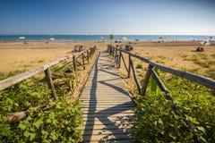 Ξύλινος δρόμος της Νίκαιας στην παραλία, ηλιόλουστη ημέρα Στοκ φωτογραφίες με δικαίωμα ελεύθερης χρήσης