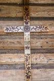Ξύλινος σταυρός δίπλα στη μπροστινή πόρτα στο παρεκκλησι Jaszczurowka - Poalnd. Στοκ Φωτογραφίες