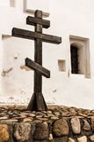 Ξύλινος σταυρός δίπλα στον τοίχο της Ορθόδοξης Εκκλησίας Στοκ Εικόνα