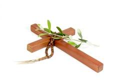 Ξύλινος σταυρός με Rosary και το κλαδί ελιάς Στοκ Εικόνα