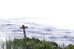Ξύλινος σταυρός στην ακτή Στοκ φωτογραφία με δικαίωμα ελεύθερης χρήσης