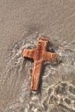 Ξύλινος σταυρός στη θάλασσα - κάρτα για το πένθος Στοκ Φωτογραφία