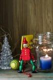 Ξύλινος στρατιώτης παιχνιδιών στην κόκκινα ομοιόμορφα διακόσμηση και το κερί Στοκ Εικόνες