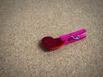 Ξύλινος συνδετήρας με την κόκκινη καρδιά Στοκ Εικόνα