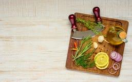 Ξύλινος τεμαχίζοντας πίνακας με το μαγείρεμα των συστατικών και του διαστήματος αντιγράφων Στοκ Φωτογραφίες