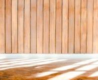 Ξύλινος τοίχος με την περιποίηση τσιμέντου και ελαφριά σκιά στο πάτωμα πετρών Στοκ Εικόνα