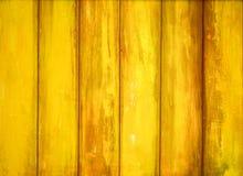 Ξύλινος τοίχος με το κίτρινο χρώμα αποφλοίωσης Στοκ φωτογραφία με δικαίωμα ελεύθερης χρήσης