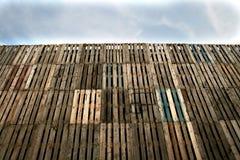 Ξύλινος τοίχος παλετών στοκ εικόνα με δικαίωμα ελεύθερης χρήσης