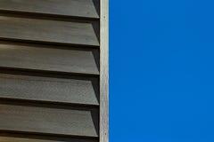 Ξύλινος τοίχος στο μπλε ουρανό Στοκ Εικόνες