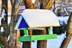 Ξύλινος τροφοδότης πουλιών Στοκ φωτογραφία με δικαίωμα ελεύθερης χρήσης