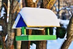Ξύλινος τροφοδότης πουλιών Στοκ Φωτογραφίες