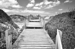 Ξύλινος τρόπος στην παραλία Στοκ εικόνα με δικαίωμα ελεύθερης χρήσης