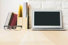 Ξύλινος υπολογιστής γραφείου με το lap-top Στοκ Εικόνες