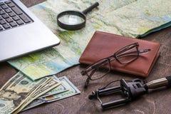 Ξύλινος υπολογιστής γραφείου του aTraveler που προετοιμάζεται για ένα ταξίδι Στοκ Εικόνες