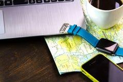 Ξύλινος υπολογιστής γραφείου του aTraveler που προετοιμάζεται για ένα ταξίδι Στοκ φωτογραφία με δικαίωμα ελεύθερης χρήσης