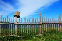 Ξύλινος φράκτης και ένα καλάθι Στοκ εικόνα με δικαίωμα ελεύθερης χρήσης