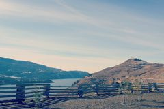 Ξύλινος φράκτης με τη λίμνη και το υπόβαθρο βουνών Στοκ φωτογραφία με δικαίωμα ελεύθερης χρήσης