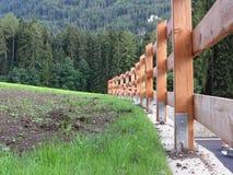 Ξύλινος φράκτης με το δάσος στο υπόβαθρο Στοκ εικόνες με δικαίωμα ελεύθερης χρήσης