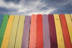 Ξύλινος φράκτης ουράνιων τόξων με το μπλε ουρανό στοκ φωτογραφίες με δικαίωμα ελεύθερης χρήσης