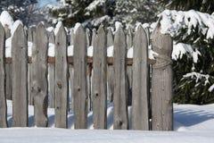 Ξύλινος φράκτης στο δασικό ρωσικό χωριό, Στοκ Εικόνα