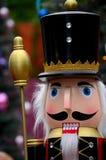 Ξύλινο άγαλμα καρυοθραύστης στο ζωηρόχρωμο βασιλικό έμβλημα από την ιστορία παραμυθιού Χριστουγέννων Στοκ φωτογραφία με δικαίωμα ελεύθερης χρήσης