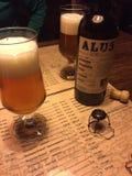Ξύλινο έγγραφο μετάλλων επιχείρησης βραδιού επιτραπέζιων επιλογών υπογείων φελλού μπύρας Στοκ φωτογραφία με δικαίωμα ελεύθερης χρήσης