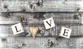 Ξύλινο έμβλημα ημέρας βαλεντίνων καρδιών ΑΓΑΠΗΣ επιστολών Στοκ φωτογραφία με δικαίωμα ελεύθερης χρήσης