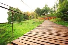 Ξύλινο έδαφος χλόης γεφυρών διαγώνιο Στοκ φωτογραφία με δικαίωμα ελεύθερης χρήσης