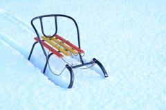 Ξύλινο έλκηθρο στο χιόνι οδηγώντας χειμώνας ελκήθρων διασκέδασης Στοκ Εικόνες