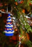 Ξύλινο λαμπρά χρωματισμένο χριστουγεννιάτικο δέντρο παιχνιδιών Χριστουγέννων που κρεμά επάνω στοκ φωτογραφία με δικαίωμα ελεύθερης χρήσης