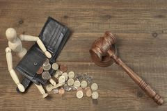 Ξύλινο ανθρωπιστικό ειδώλιο, μαύρο πορτοφόλι με τα βρετανικά νομίσματα και Gavel Στοκ φωτογραφία με δικαίωμα ελεύθερης χρήσης