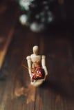 Ξύλινο αρθρωμένο μανεκέν με το δώρο και το δέντρο Chritsmas Στοκ Φωτογραφίες