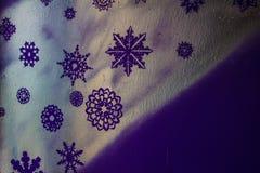 Ξύλινο ασημένιο υπόβαθρο με μπλε και πορφυρός Νέο έτος, Χριστούγεννα, υπόβαθρο, σύσταση Στοκ φωτογραφία με δικαίωμα ελεύθερης χρήσης