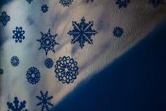 Ξύλινο ασημένιο υπόβαθρο με μπλε και πορφυρός Νέο έτος, Χριστούγεννα, υπόβαθρο, σύσταση Στοκ Εικόνες