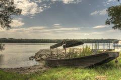 Ξύλινο αλιευτικό σκάφος HDR στην ακτή ποταμών Δούναβη Στοκ φωτογραφία με δικαίωμα ελεύθερης χρήσης