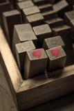Ξύλινο αλφάβητο γραμματοσήμων ψηφιακό και επιστολές με το εικονίδιο καρδιών για το λ Στοκ φωτογραφία με δικαίωμα ελεύθερης χρήσης