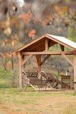 Ξύλινο βαγόνι εμπορευμάτων στα δέντρα στοκ εικόνα με δικαίωμα ελεύθερης χρήσης