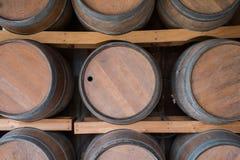 Ξύλινο βαρέλι κρασιού στον κρασί-υπόγειο θάλαμο Στοκ εικόνα με δικαίωμα ελεύθερης χρήσης