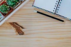 Ξύλινο γραφείο με το σημειωματάριο Στοκ Φωτογραφίες