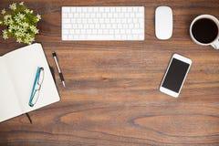 Ξύλινο γραφείο σε ένα σύγχρονο γραφείο στοκ φωτογραφία με δικαίωμα ελεύθερης χρήσης