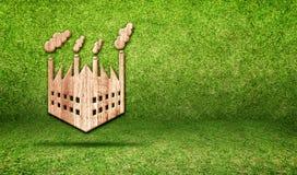 Ξύλινο εικονίδιο εργοστασίων στο πράσινο δωμάτιο χλόης, έννοια Eco Στοκ εικόνες με δικαίωμα ελεύθερης χρήσης