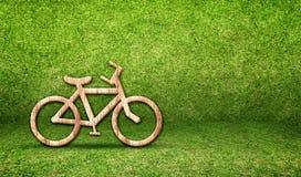 Ξύλινο εικονίδιο ποδηλάτων στο πράσινο δωμάτιο χλόης, έννοια Eco Στοκ φωτογραφίες με δικαίωμα ελεύθερης χρήσης