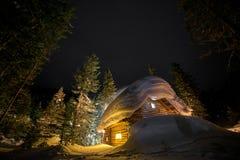 Ξύλινο εξοχικό σπίτι στο χιονώδες δάσος Στοκ Εικόνες